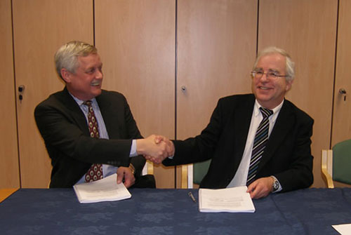 HECToR contracts signed <br />Rob Meyer, CEO NAG Ltd, and Randal Richards, Acting CEO EPSRC, signing the CSE support contract for HECToR (photo: EPSRC)