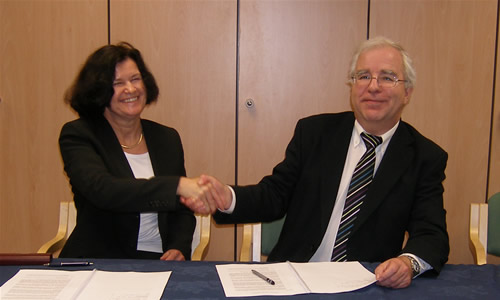 HECToR contracts signed <br />Ulla Theil, VP Cray Europe; and Randal Richards, Acting CEO EPSRC, signing the Direct Agreement between EPSRC and Cray (photo: EPSRC)