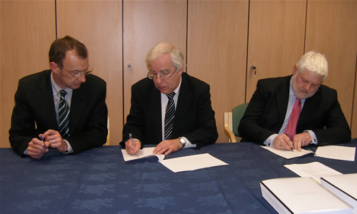 HECToR contracts signed <br />Richard Kenway, Director UoE HPCX Ltd, Randal Richards, Acting CEO EPSRC, and David Parfrey, Head of EPSRC Finance, executing the University of Edinburgh Parent Company Guarantee for the HECToR contract (photo: EPSRC)
