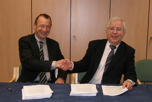 HECToR contracts signed <br />Richard Kenway, Director UoE HPCX Ltd, and Randal Richards, Acting CEO EPSRC, signing the Prime contract for the HECToR service (photo: EPSRC)