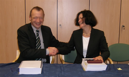 HECToR contracts signed <br />Richard Kenway, Director UoE HPCX Ltd, and Ulla Theil, VP Cray Europe, signing the contract between the UoE HPCX Ltd and Cray to provide the HECToR service (photo: EPSRC)