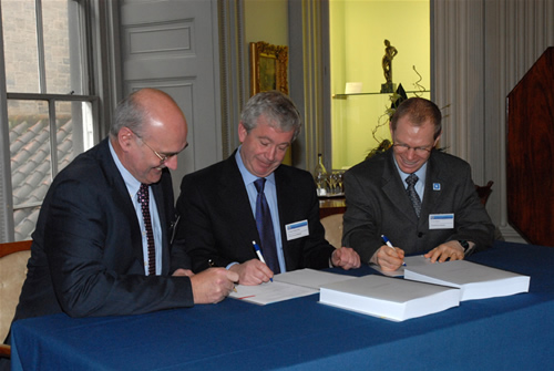 HECToR contracts signed <br />Allan Digance, Assistant Director of Finance, University of Edinburgh; Tim O'Shea, the Principal of University of Edinburgh; Alan Simpson, a director of HPCX UoE Ltd